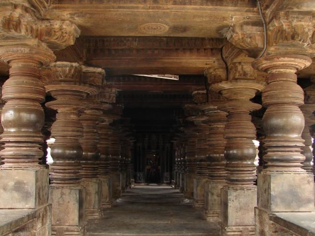 Large_open_mantapa_with_lathe_turned_pillars_in_the_Harihareshwara_Temple_at_Harihar
